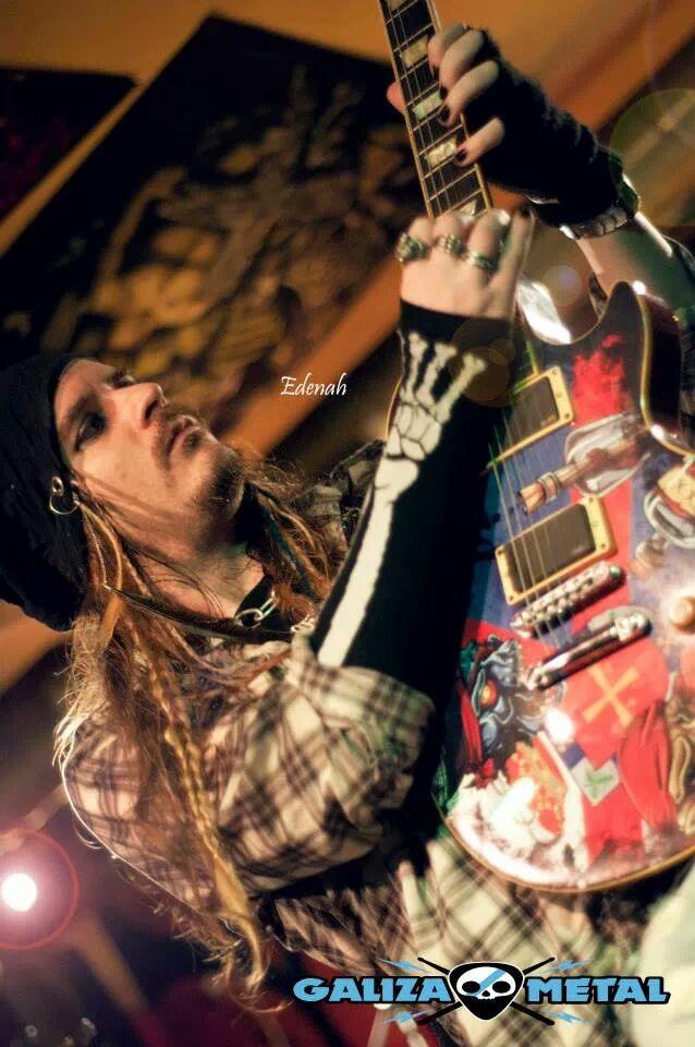 victor de andres tocando guitarra